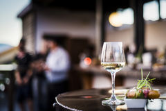 Ποτήρι του άσπρου κρασιού με τα γαστρονομικά πρόχειρα φαγητά tapa τροφίμων έξω Στοκ φωτογραφίες με δικαίωμα ελεύθερης χρήσης