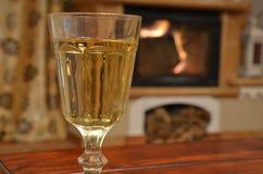 Ποτήρι του άσπρου κρασιού στον ξύλινο πίνακα Στοκ Εικόνες