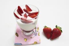 Ποτήρι του γιαουρτιού με τις φράουλες Στοκ εικόνα με δικαίωμα ελεύθερης χρήσης
