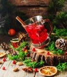 Ποτήρι του καυτού θερμαμένου κρασιού για το νέο έτος με τα συστατικά για το μαγείρεμα, τα καρύδια και τις διακοσμήσεις Χριστουγέν Στοκ φωτογραφίες με δικαίωμα ελεύθερης χρήσης