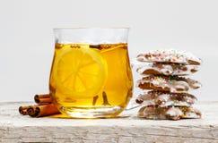 Ποτήρι του καυτού τσαγιού και σωρός των μπισκότων μελοψωμάτων στοκ εικόνες