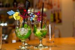 Ποτήρι του κοκτέιλ Mojito με τον πάγο, τη μέντα και tubule Στοκ Φωτογραφία