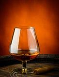 Ποτήρι του κονιάκ και του πούρου Στοκ Εικόνες