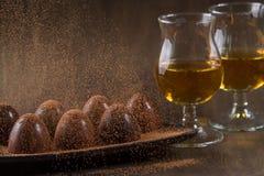 Ποτήρι του κονιάκ με τη σοκολάτα στοκ εικόνα