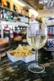 Ποτήρι του κρύου άσπρου κρασιού σπιτιών, Ιταλία, Riccione Στοκ Εικόνες