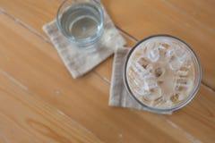Ποτήρι του κρύου καφέ στο ξύλο Στοκ εικόνες με δικαίωμα ελεύθερης χρήσης