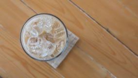 Ποτήρι του κρύου καφέ στο ξύλο Στοκ φωτογραφία με δικαίωμα ελεύθερης χρήσης