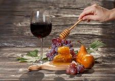 Ποτήρι του κόκκινου κρασιού, κηρήθρα, σταφύλια Στοκ εικόνα με δικαίωμα ελεύθερης χρήσης
