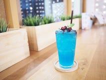 Ποτήρι του μπλε κοκτέιλ στον ξύλινο πίνακα Στοκ εικόνες με δικαίωμα ελεύθερης χρήσης