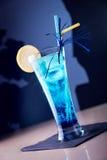 Ποτήρι του μπλε οινοπνευματώδους κοκτέιλ στο σκούρο μπλε υπόβαθρο στοκ φωτογραφία με δικαίωμα ελεύθερης χρήσης