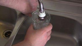 Ποτήρι του νερού βρύσης απόθεμα βίντεο