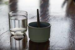 Ποτήρι του νερού και του καφέ στοκ εικόνα με δικαίωμα ελεύθερης χρήσης