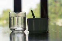 Ποτήρι του νερού και του καφέ στοκ εικόνες με δικαίωμα ελεύθερης χρήσης