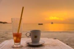 Ποτήρι του νερού στον πίνακα παραλιών στο ηλιοβασίλεμα παραλιών Vongdeuan στο τ Στοκ Φωτογραφίες