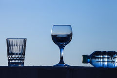 Ποτήρι του νερού στο υπόβαθρο του όμορφου ηλιοβασιλέματος εκλεκτικός Στοκ εικόνες με δικαίωμα ελεύθερης χρήσης