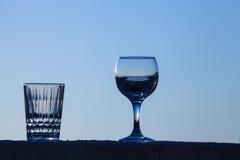 Ποτήρι του νερού στο υπόβαθρο του όμορφου ηλιοβασιλέματος εκλεκτικός Στοκ εικόνα με δικαίωμα ελεύθερης χρήσης