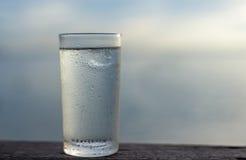 Ποτήρι του νερού στο υπόβαθρο Στοκ εικόνα με δικαίωμα ελεύθερης χρήσης