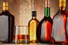 Ποτήρι του ουίσκυ και μπουκάλια των ανάμεικτων οινοπνευματωδών ποτών στοκ φωτογραφίες με δικαίωμα ελεύθερης χρήσης