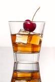 Ποτήρι του ουίσκυ με τον πάγο, που απομονώνεται στο άσπρο υπόβαθρο Στοκ φωτογραφίες με δικαίωμα ελεύθερης χρήσης
