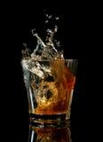 Ποτήρι του ουίσκυ με τον παφλασμό, που απομονώνεται στο Μαύρο Στοκ εικόνα με δικαίωμα ελεύθερης χρήσης