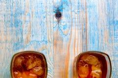 Ποτήρι του ουίσκυ σε έναν αφηρημένο ξύλινο πίνακα Στοκ φωτογραφίες με δικαίωμα ελεύθερης χρήσης