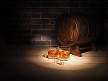 Ποτήρι του ουίσκυ, του πούρου και του παλαιού δρύινου βαρελιού στοκ φωτογραφίες με δικαίωμα ελεύθερης χρήσης