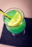 Ποτήρι του πράσινου κοκτέιλ στο σκοτεινό υπόβαθρο - τοπ άποψη στοκ εικόνες με δικαίωμα ελεύθερης χρήσης