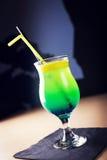 Ποτήρι του πράσινου κοκτέιλ στο σκοτεινό υπόβαθρο στοκ φωτογραφίες με δικαίωμα ελεύθερης χρήσης