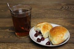 Ποτήρι του τσαγιού και των κέικ με τα κεράσια Στοκ φωτογραφίες με δικαίωμα ελεύθερης χρήσης