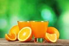 Ποτήρι του φρέσκου χυμού από πορτοκάλι στο γκρίζο ξύλινο υπόβαθρο Στοκ εικόνες με δικαίωμα ελεύθερης χρήσης