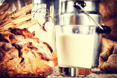 Ποτήρι του φρέσκων γάλακτος και του ψωμιού στη ρύθμιση χωρών Στοκ Εικόνες
