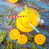 Ποτήρι του χυμού από πορτοκάλι άνωθεν στην εκλεκτής ποιότητας ξύλινη άποψη επιτραπέζιων κορυφών Στοκ φωτογραφία με δικαίωμα ελεύθερης χρήσης