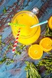 Ποτήρι του χυμού από πορτοκάλι άνωθεν στην εκλεκτής ποιότητας ξύλινη άποψη επιτραπέζιων κορυφών Στοκ φωτογραφίες με δικαίωμα ελεύθερης χρήσης