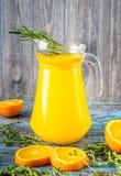 Ποτήρι του χυμού από πορτοκάλι άνωθεν στον εκλεκτής ποιότητας ξύλινο πίνακα Στοκ Εικόνες