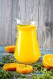 Ποτήρι του χυμού από πορτοκάλι άνωθεν στον εκλεκτής ποιότητας ξύλινο πίνακα Στοκ εικόνα με δικαίωμα ελεύθερης χρήσης