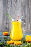 Ποτήρι του χυμού από πορτοκάλι άνωθεν στον εκλεκτής ποιότητας ξύλινο πίνακα Στοκ φωτογραφία με δικαίωμα ελεύθερης χρήσης