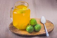 Ποτήρι του χυμού από πορτοκάλι με το άχυρο και των φετών στον ξύλινο πίνακα στοκ φωτογραφίες με δικαίωμα ελεύθερης χρήσης