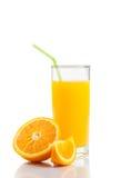 Ποτήρι του χυμού από πορτοκάλι με το άχυρο κοντά στο μισό πορτοκάλι και της φέτας με το διάστημα για το κείμενο Στοκ Εικόνες