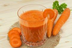 Ποτήρι του χυμού και των καρότων καρότων στον ξύλινο πίνακα Υγιές σύνολο χυμού των βιταμινών και της ίνας τρόφιμα σιτηρεσίου Στοκ Φωτογραφίες