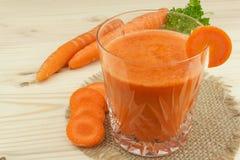 Ποτήρι του χυμού και των καρότων καρότων στον ξύλινο πίνακα Υγιές σύνολο χυμού των βιταμινών και της ίνας τρόφιμα σιτηρεσίου Στοκ Εικόνα