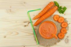Ποτήρι του χυμού και των καρότων καρότων στον ξύλινο πίνακα Υγιές σύνολο χυμού των βιταμινών και της ίνας τρόφιμα σιτηρεσίου Στοκ Εικόνες