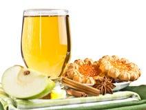 Ποτήρι του χυμού μήλων με τα μπισκότα Στοκ εικόνα με δικαίωμα ελεύθερης χρήσης