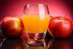 Ποτήρι του χυμού μήλων με τα μήλα Στοκ Εικόνα