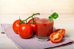 Ποτήρι του χυμού ντοματών με τις ντομάτες Frash στοκ εικόνα με δικαίωμα ελεύθερης χρήσης