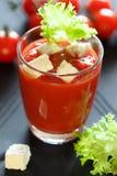 Ποτήρι του χυμού ντοματών με φέτα και τη σαλάτα Στοκ φωτογραφίες με δικαίωμα ελεύθερης χρήσης