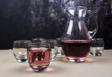 Ποτήρι του χυμού σμέουρων που αναμιγνύεται με το μεταλλικό νερό Στοκ φωτογραφίες με δικαίωμα ελεύθερης χρήσης