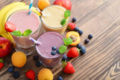 Ποτήρι τρία των φρούτων milkshakes στοκ εικόνα με δικαίωμα ελεύθερης χρήσης