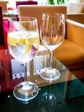 Ποτήρι των φετών λεμονάδας και λεμονιών σε έναν πίνακα Στοκ εικόνα με δικαίωμα ελεύθερης χρήσης