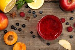 Ποτήρι των φρούτων compot στον ξύλινο παλαιό πίνακα Στοκ Εικόνα