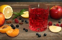Ποτήρι των φρούτων compot στον ξύλινο παλαιό πίνακα Στοκ Φωτογραφία